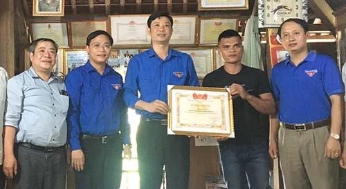 Bí thư Tỉnh đoàn Thanh Hoá Lê Văn Trung (giữa) trao giấy khen cho anh Phạm Bá Huy (áo đen). Ảnh: Lam Sơn.