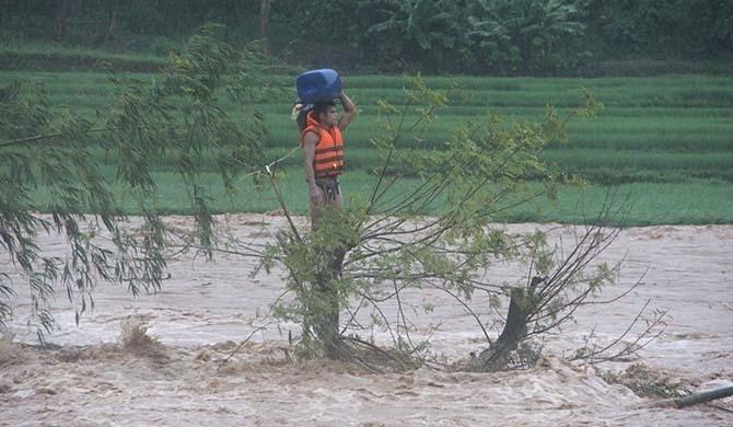 Thời khắc anh Huy quyết định gieo mình xuống sông Luồng tìm cách thoát thân. Ảnh: Lam Sơn.