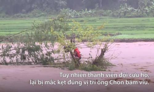 Bộ đội biên phòng cứu người bị lũ cô lập ở Thanh Hóa