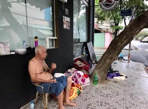 Ông Peter  (82 tuổi, quốc tịch Australia) sống trên vỉa Sài Gòn. Ảnh: Cơ quan chức năng cung cấp.