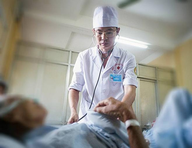 Ngoài chăm sóc cho bản thân, bác sĩ Lê vẫn tiếp tục điều trị cho bệnh nhân tại Viện 103. Ảnh: Nhân vật cung cấp