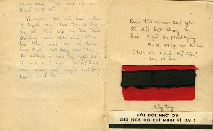 Trang sổ có đính băng tang Chủ tịch Hồ Chí Minh mà PGS Nguyễn Trọng Phúc đã giữ gìn như báu vật suốt 50 năm qua.