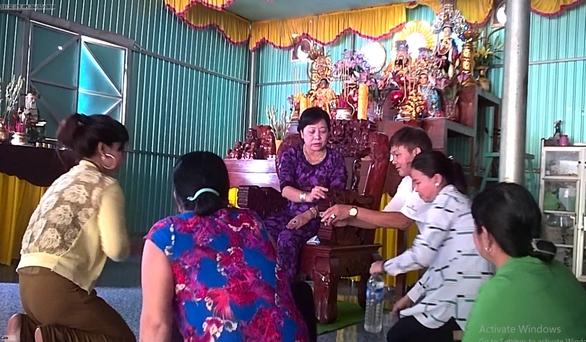 Mẹ Hường chữa bệnh bằng nước suối: phạt mẹ 25 triệu đồng - Ảnh 2.