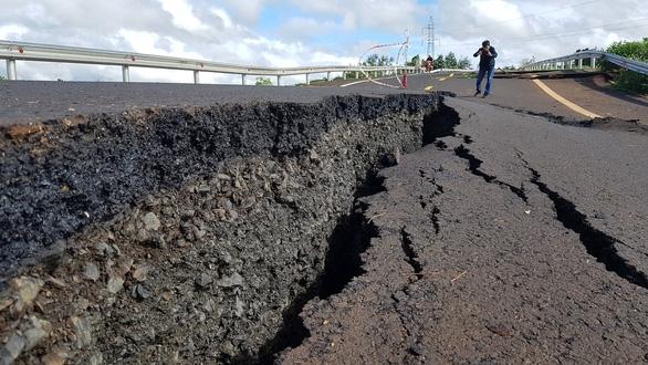 Đường 250 tỉ mới nghiệm thu đã nứt toác như bị động đất - Ảnh 3.