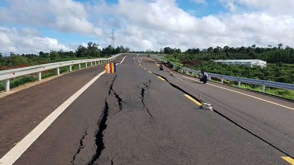 Đường 250 tỉ mới nghiệm thu đã nứt toác như bị động đất - Ảnh 4.