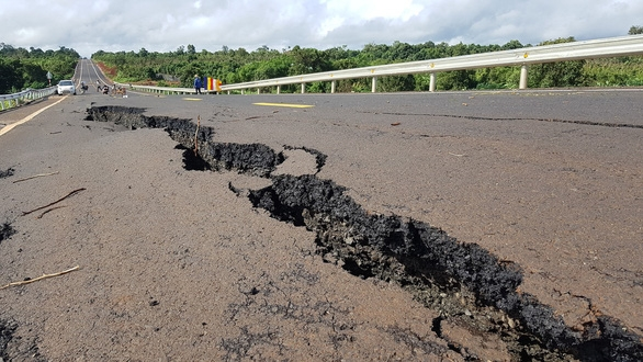 Đường 250 tỉ mới nghiệm thu đã nứt toác như bị động đất - Ảnh 5.