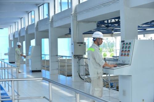 Đội ngũ vận hành toàn bộ nhà máy gồm 20 kỹ sư, cán bộ kỹ thuật người Việt, quy trình được tự động hoá hoàn toàn, kiểm soátcác khâu từ lấy nước thô đến truyền dẫn tại điểm giao nhận nước sạch tới khách hàng theo thời gian thực.