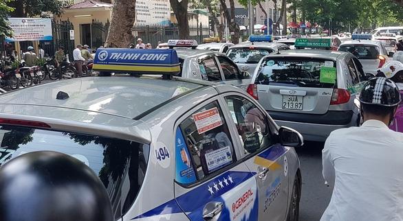 Bộ giao thông vẫn muốn xe taxi công nghệ phải có hộp đèn taxi gắn trên nóc - Ảnh 1.
