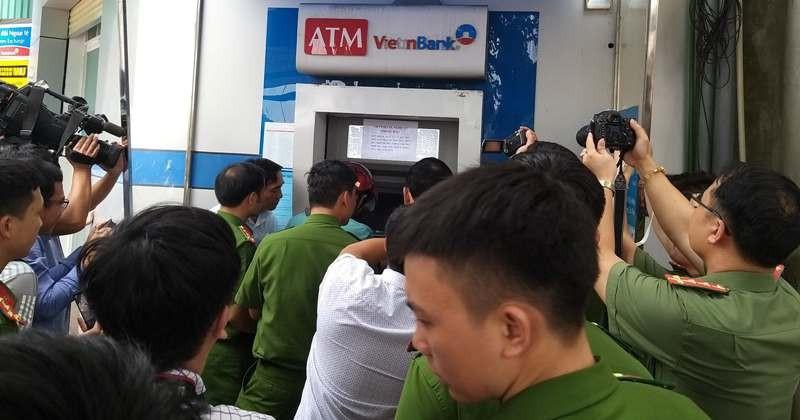 Ba người Trung Quốc làm giả thẻ ATM để rút trộm tiền - ảnh 3