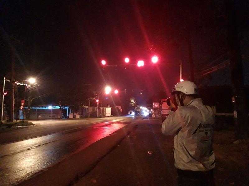 Bình Dương: 2 người phá nóc xe tù bỏ trốn khi dừng đèn đỏ  - ảnh 1