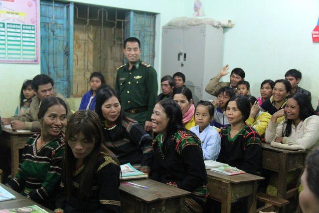 Lớp học xóa mù chữ cho những học viên lớn tuổi do bộ đội biên phòng mở