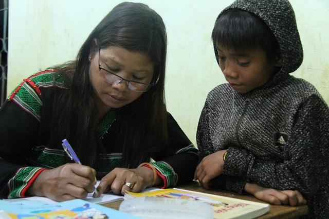 Những đứa trẻ cùng người lớn học chữ.