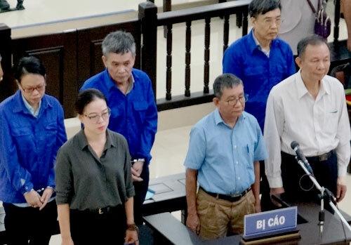 Nguyễn Huy Ban (áo trắng, ngoài cùng), Lê Bạch Hồng (sau ông Ban) và các bị cáo khi nghe tòa tuyên án.