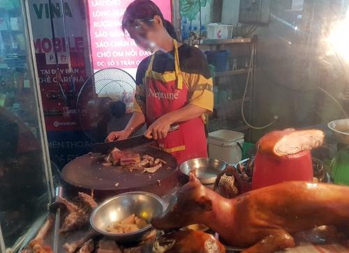 Một cửa hàng thịt chó gần chợ Thái Hà (Đống Đa, Hà Nội). Ảnh: Tất Định