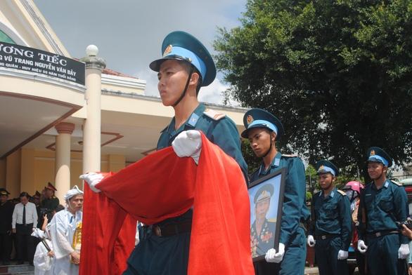 Tiễn biệt Anh hùng phi công Nguyễn Văn Bảy an nghỉ trong lòng đất mẹ - Ảnh 2.