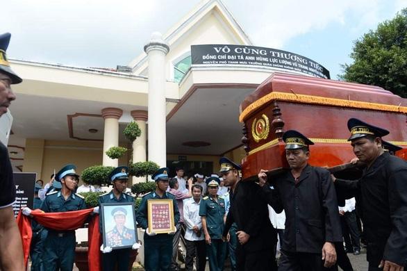 Tiễn biệt Anh hùng phi công Nguyễn Văn Bảy an nghỉ trong lòng đất mẹ - Ảnh 4.