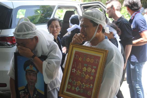 Tiễn biệt Anh hùng phi công Nguyễn Văn Bảy an nghỉ trong lòng đất mẹ - Ảnh 7.
