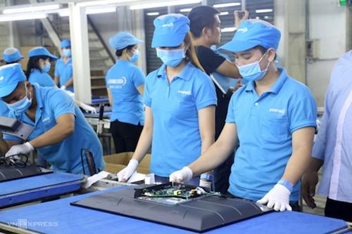 Công nhân lắp ráp tivi tại nhà máy của Công ty Asanzo. Ảnh: Trung Sơn