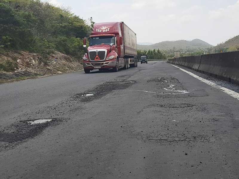 Quốc lộ 1 qua Phú Yên lại như 'áo rách sau mưa' - ảnh 1