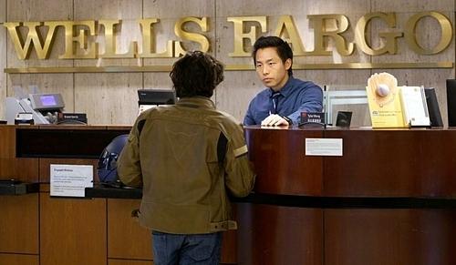 Nhân viên một ngân hàng của Wells Fargo tại Mỹ. Ảnh: Reuters