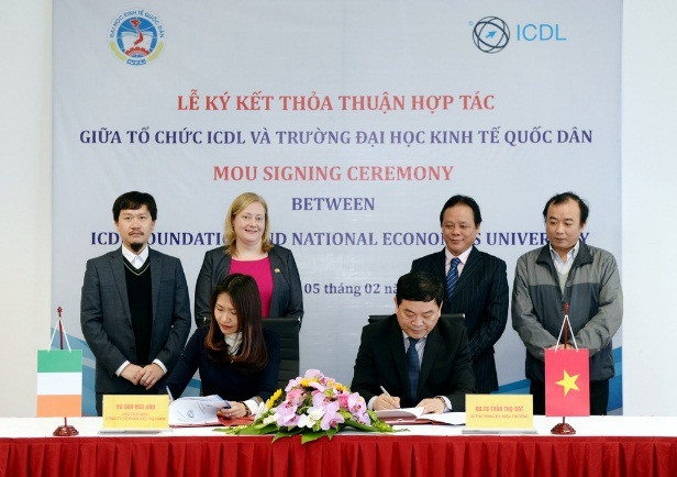 GS.TS Trần Thọ Đạt – Hiệu trưởng Trường ĐH KTQD và bà Đào Mai Anh và đại diện cho Tổ chức ICDL tại Việt Nam ký kết Thỏa thuận hợp tác.