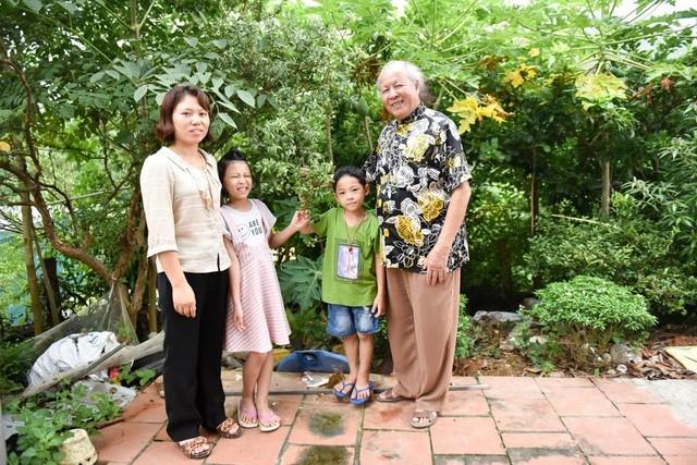 Ông Trọng hạnh phúc bên vợ trẻ và hai người con, 1 gái, 1 trai ở Yên Sơn, Ba Vì. Ảnh: Toàn Vũ