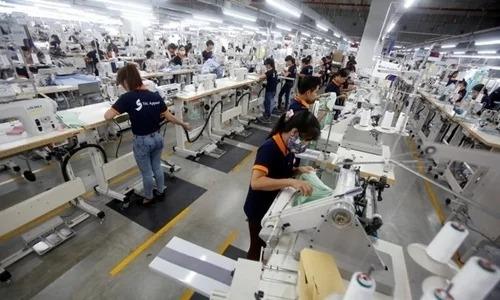Công nhân làm việc trong một nhà máy may. Ảnh: Reuters