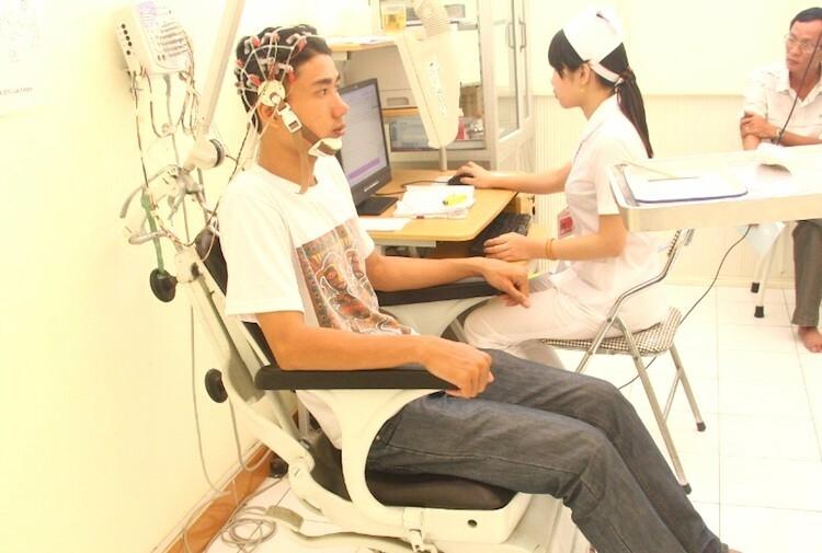 Ứng viên khám tuyển phi công quân sự phải trải qua rất nhiều bước kiểm tra sức khoẻ. Ảnh: Nhân vật cung cấp