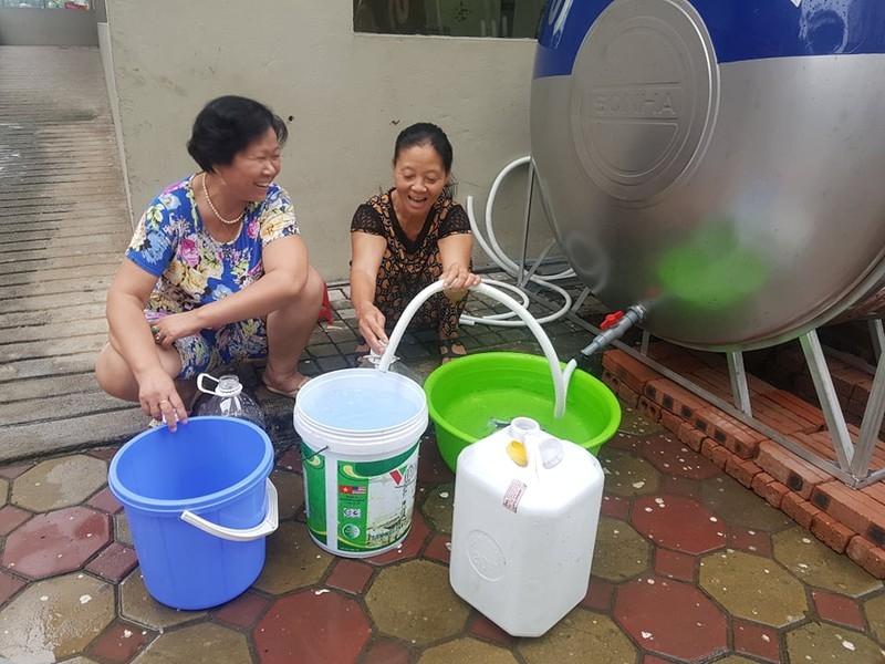 Ở chung cư, lên xuống chục lần mới lấy đủ nước dùng - ảnh 1