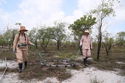 Đội MAT19 giúp làm sạch bom mìn trên đất nông nghiệp. Ảnh: Hoàng Táo