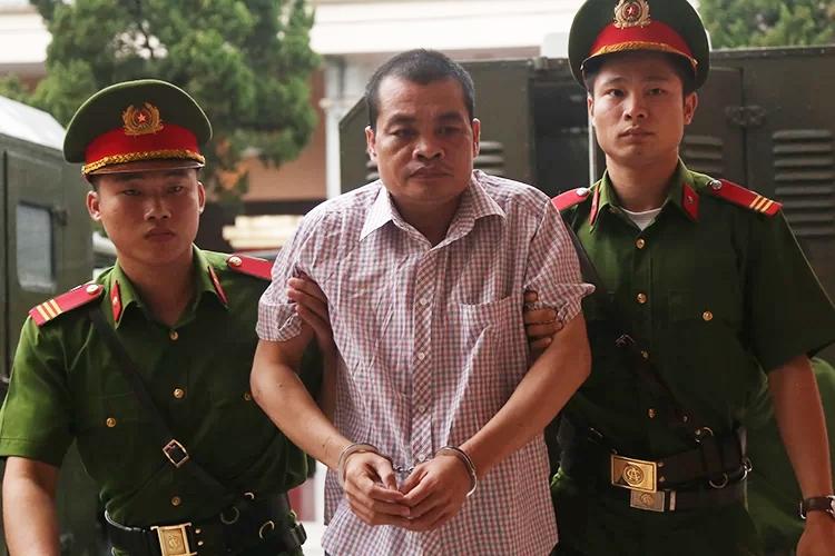Bị cáo Nguyễn Thanh Hoài bị dẫn giải đến tòa. Ảnh: Phạm Dự.