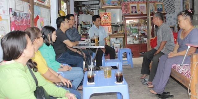 PV Dân trí cùng đại diện lãnh đạo Hội Chữ Thập đỏ tỉnh Bạc Liêu, Hội Chữ Thập đỏ TP Bạc Liêu, UBND phường 7,... thăm hỏi gia đình em Trần Thị Thanh Tuyền.