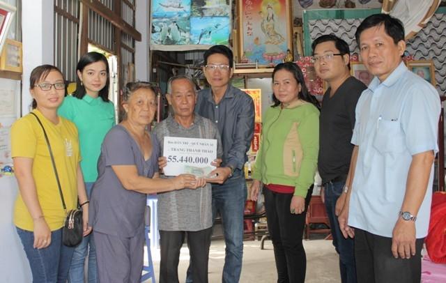 PV Dân trí trao tiền bạn đọc cho gia đình em Trần Thị Thanh Tuyền trước sự chứng kiến của đại diện lãnh đạo Hội, Ban ngành, địa phương.