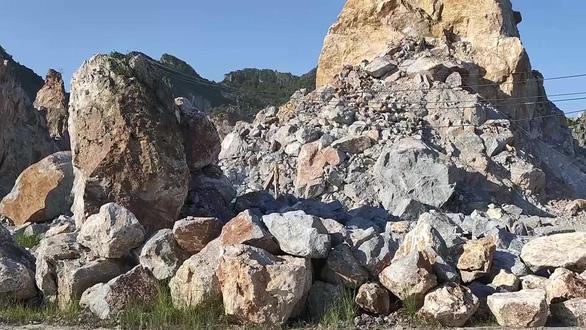 Đá lăn, một công nhân khai thác đá tử vong - Ảnh 1.