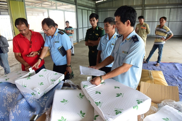 Thêm lô hàng nhập từ Trung Quốc ghi nhãn Made in Vietnam - Ảnh 1.