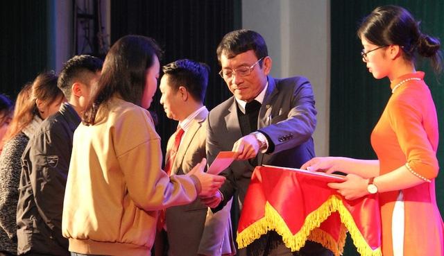 Lãnh đạo Trường ĐH Vinh trao quà Tết cho các em sinh viên, học sinh nghèo vượt khó.