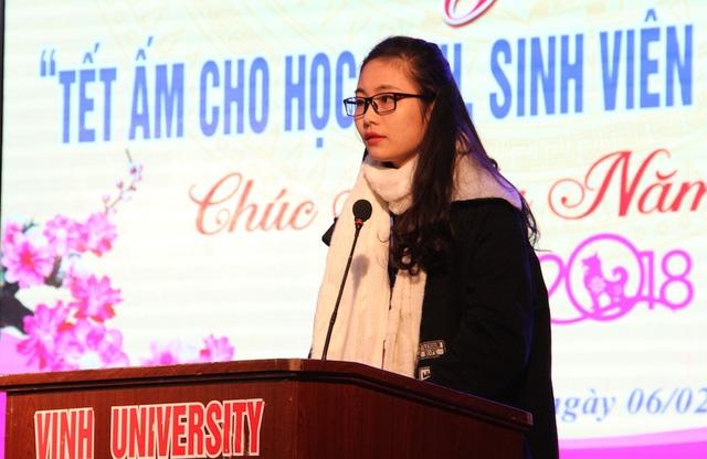 Sinh viên Đặng Thị Mỹ Hoa thay mặt toàn bộ sinh viên được nhận quà Tết gửi lời cảm ơn tới lãnh đạo Trường ĐH Vinh và các doanh nghiệp đồng hành chia.