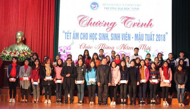 Dịp này, hơn 500 học sinh, sinh viên nghèo đã được lãnh đạo Trường ĐH Vinh tặng quà dịp Tết Mậu Tuất 2018.