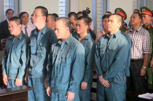 Phiên tòa xử 12 bị cáo trong đường dây buôn lậu xăng dầu. Ảnh: Tư Huynh.