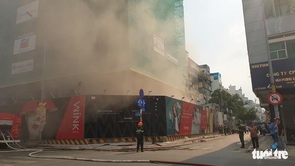 Cháy công trình khách sạn ở trung tâm quận 1, TP.HCM - Ảnh 2.