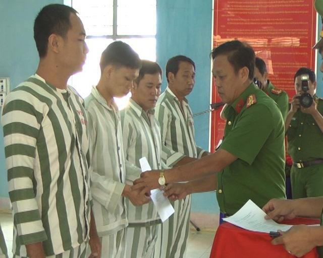 Thượng tá Nguyễn Văn Hùng, Phó Giám Thị Cây Cầy trao quyết định giảm án cho các phạm nhân cải tạo tốt