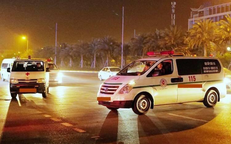 Xe vận chuyển thi hài nạn nhân tại sân bay Nội Bài sáng 27/11. Ảnh: Văn Hải