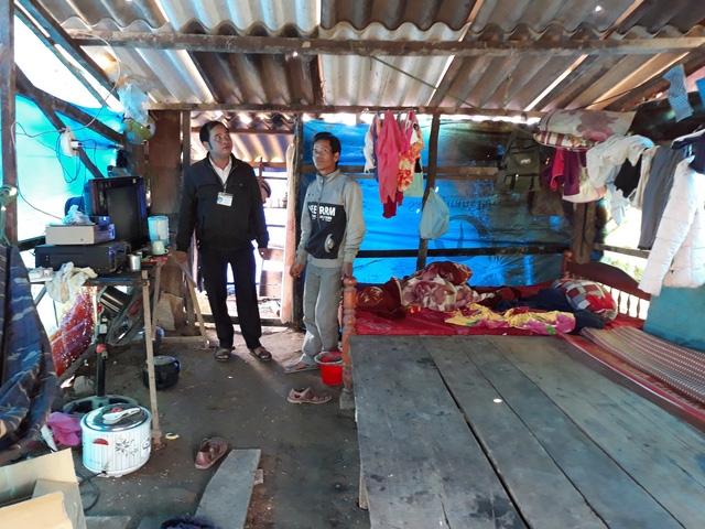 5 người trong gia đình anh Phạm Văn Hút sẽ đón Tết trong căn lều tạm bợ như thế này