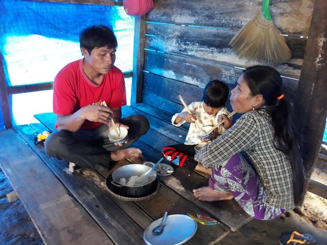 Bữa cơm chỉ có 1 con cá nhỏ với đĩa muối của gia đình anh Phạm Văn Nghí trong túp lều tạm vừa được hoàn thành với kinh phí 3 triệu đồng