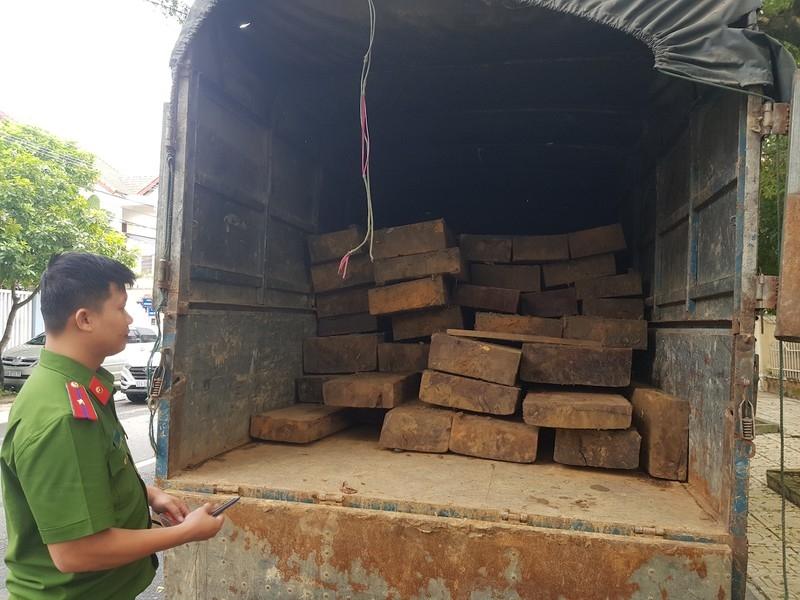 Tháo hết ghế trên ô tô khách để chở gỗ lậu - ảnh 1