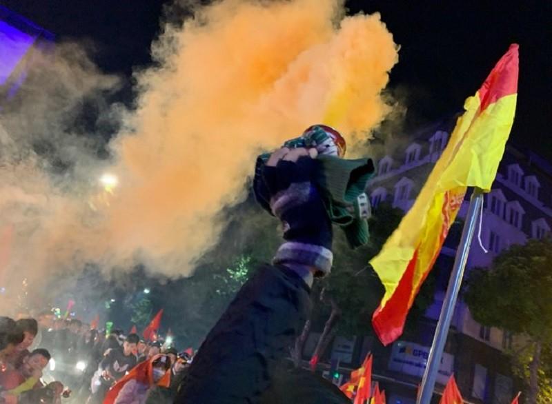 Đốt pháo sáng cổ vũ U22 Việt Nam, 7 người bị đưa về đồn - ảnh 1