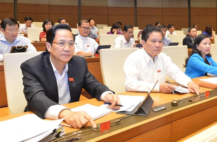 Bộ trưởng Lao động, Thương binh và Xã hội Đào Ngọc Dung cùng các đại biểu bấm nút thông qua Luật tại phiên họp của Quốc hội. Ảnh: Ngọc Thắng
