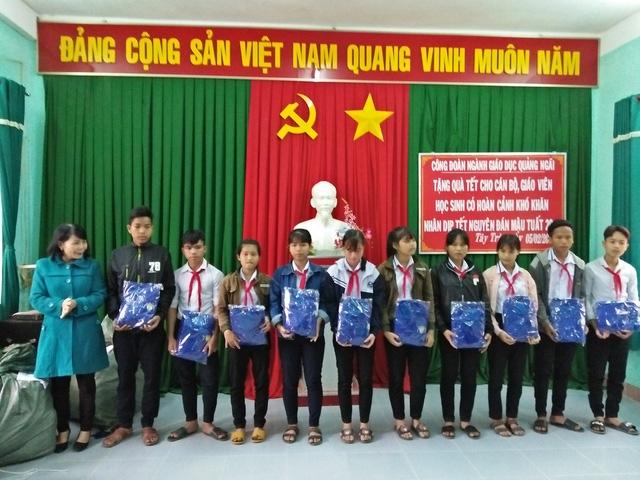 Sở Giáo dục và Đào tạo tỉnh Quảng Ngãi thăm, tặng quà Tết cho học sinh, giáo viên 6 huyện miền núi.