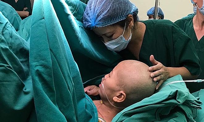 Sản phụ Nguyễn Thị Liên trong ca mổ ngồi bắt con tại bệnh viện K. Ảnh: Hà Trần
