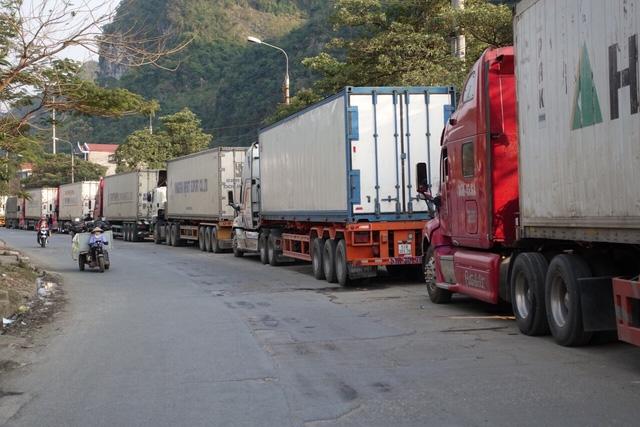 Tết đến, nông sản lại ùn ứ ở cửa khẩu chờ sang Trung Quốc - Ảnh 1.